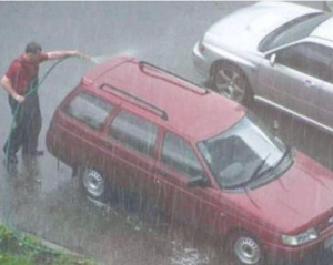 Có nên mửa xe bằng nước mưa?