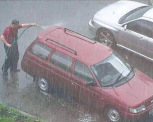 Nên hay không nên rửa xe bằng nước mưa?