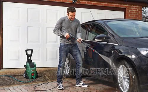 Đậu xe vào vị trí phù hợp và đóng kín cửa xe khi xịt rửa ô tô
