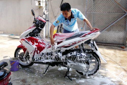 Sử dụng nước sạch và hóa chất chuyên dụng khi rửa xe tay ga