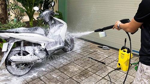 Sử dụng máy xịt rửa xe mini để rửa xe tay ga