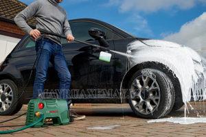 Rửa xe bằng dầu gội đầu tuy tiện lợi và tiết kiệm nhưng không được khuyến khích vì gây hại cho sơn xe