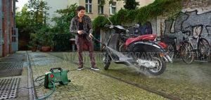 Rửa xe tay ga đúng cách với máy xịt rửa xe mini