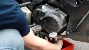 Tự thay dầu cho xe máy