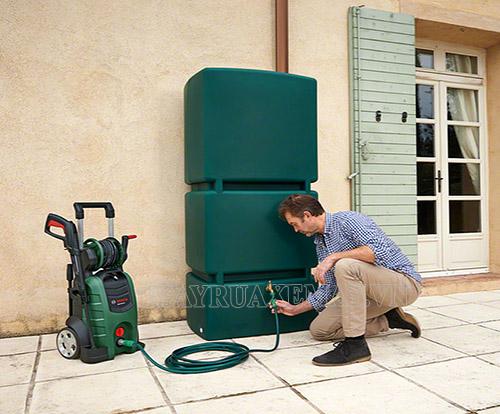 Khi rửa xe tại nhà bạn có thể dùng nước máy