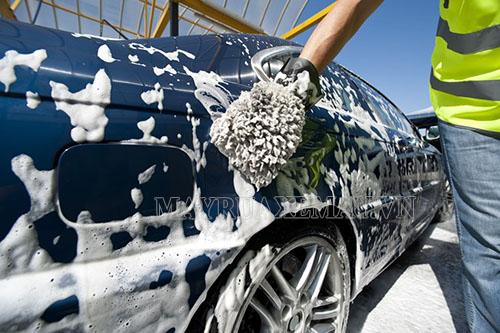 Rửa xe ô tô bằng xà phòng dễ làm hư hại sơn xe