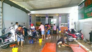 Đầu tư thiết bị, mặt bằng đầy đủ khi kinh doanh dịch vụ rửa xe máy