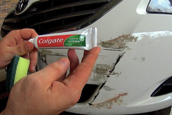 Kem đánh răng có tác dụng vệ sinh xe hơi khá tốt