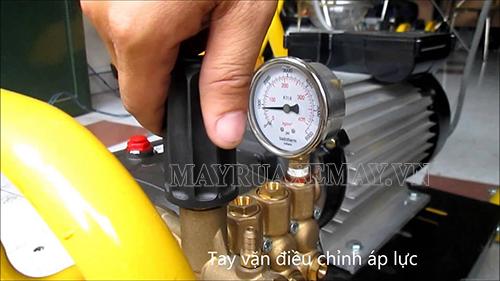 Điều chỉnh lò xo trong núm chỉnh áp để khắc phục tình trạng máy rửa xe không lên áp