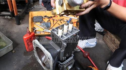 Vệ sinh các bộ phận của máy xịt rửa xe để thiết bị làm việc hiệu quả