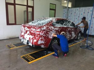 Rửa xe bằng bột giặt có thể gây hại sơn xe