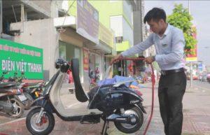 Xịt rửa sơ bộ xe máy điện bằng nước sạch