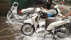 Sơ sót trong khâu xịt rửa xe máy có thể khiến xe không đề được