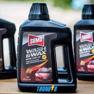 Nước rửa xe Sumo giúp làm sạch xe hiệu quả và không gây hại da tay