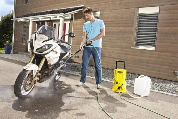 Máy rửa xe mini là thiết bị không thể thiếu trong bộ dụng cụ rửa xe máy