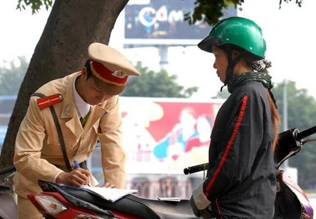 Xe máy đi sai làn đường xử phạt hành chính từ 80.000 – 400.000 VNĐ