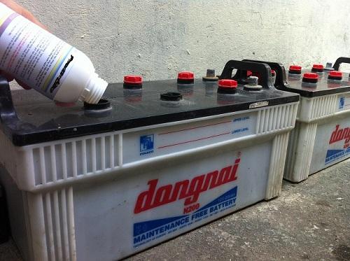 Thêm nước cất vào trong bình ắc quy khô xe máy