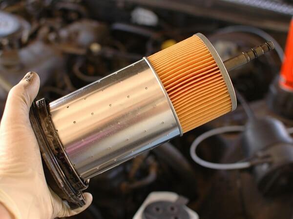 Thay lọc dầu để bảo vệ động cơ ô tô