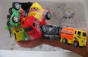 Vệ sinh xe đồ chơi cho bé