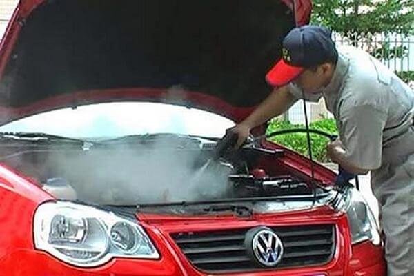 Sử dụng máy rửa xe hơi nước nóng để vệ sinh ô tô