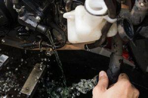 Vệ sinh két nước và thay nước làm mát cho xe tay ga