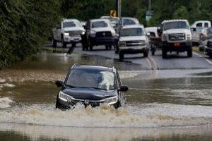 Những lưu ý khi lái xe qua đoạn đường ngập nước