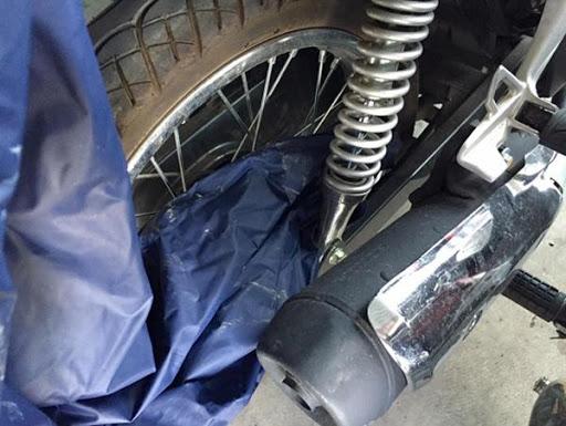 Áo mưa vướng vào bánh xe gây nguy hiểm