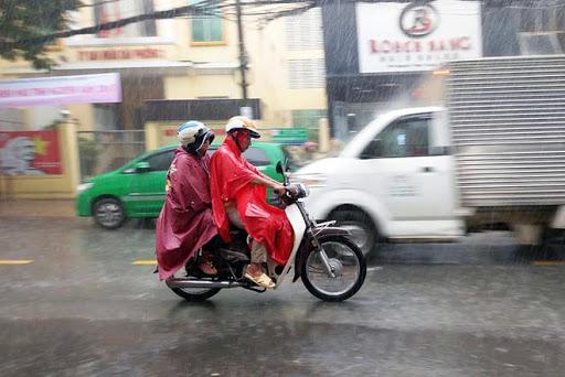 Trời mưa khiến đường bị trơn trượt