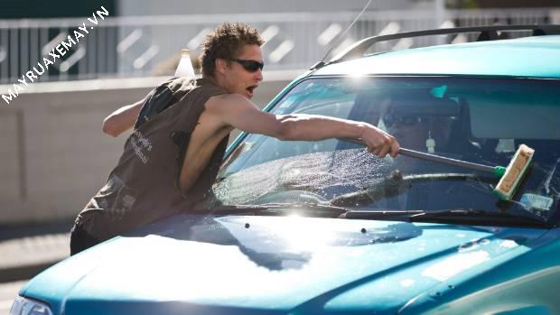 sai lầm khi rửa xe ô tô dưới trời nắng