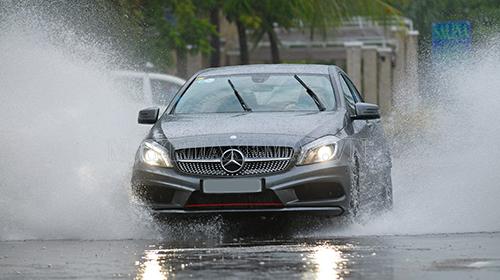 Rửa xe là việc bạn nên làm thường xuyên để tẩy rửa hết lớp bụi bẩn trên bề mặt xe