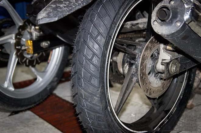 Lốp xe máy nếu dính vật lạ sẽ bị rung lắc