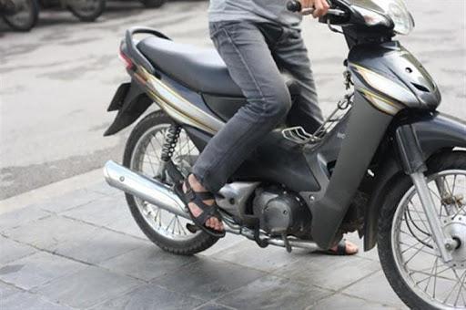 Tiến hành đạp mồi để làm nóng động cơ xe máy