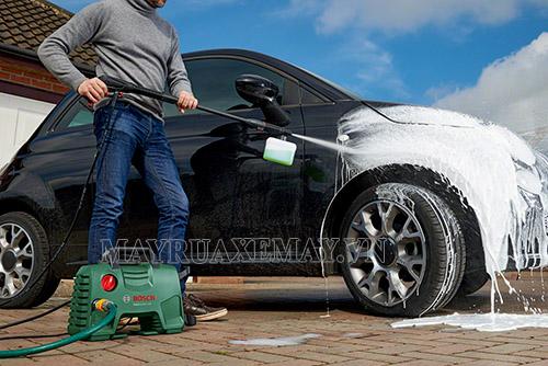 Vì sao không nên rửa xe bằng dầu gội đầu?