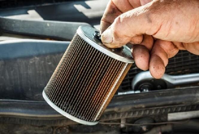Tháo bỏ lọc dầu cũ và thay lọc dầu mới cho xe hơi
