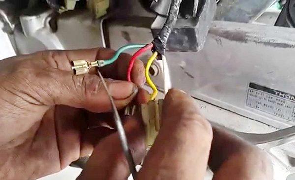 Chi tiết cách kiểm tra cục sạc xe máy