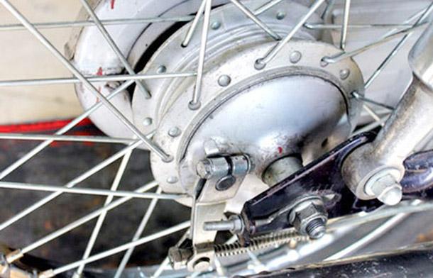 Khắc phục xe máy bị kẹt thắng sau đơn giản – Hiệu quả