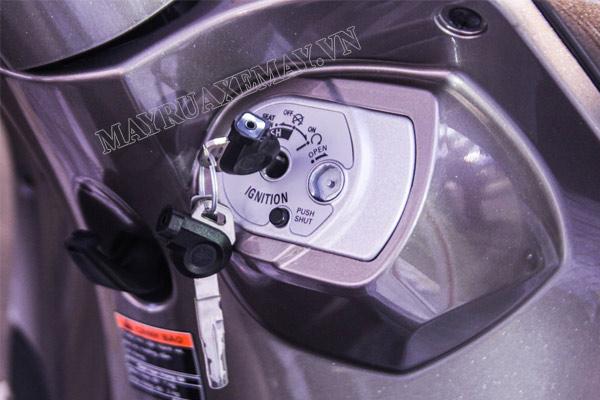 nắp khóa từ xe máy có an toàn không?
