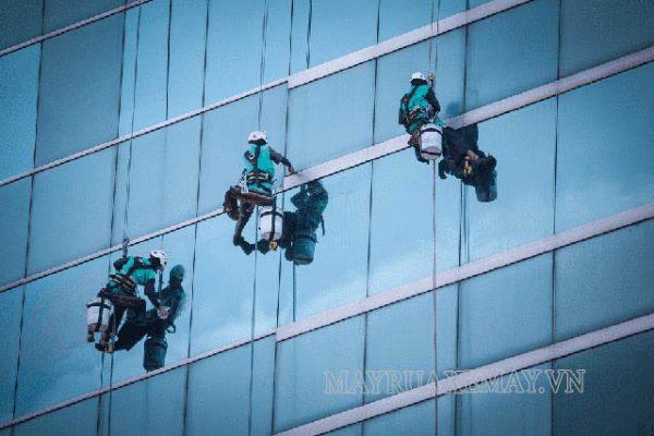 Hướng dẫn cách lau cửa kính trên cao cực hay, an toàn cho người mới