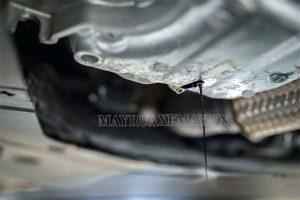 Xe máy bị chảy dầu dưới gầm: Dấu hiệu, nguyên nhân & cách khắc phục