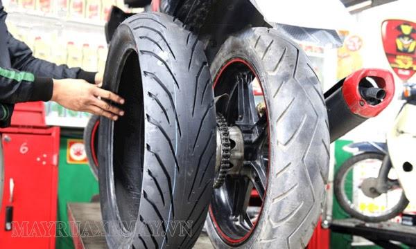 thay lốp xe khi xe may bị phù