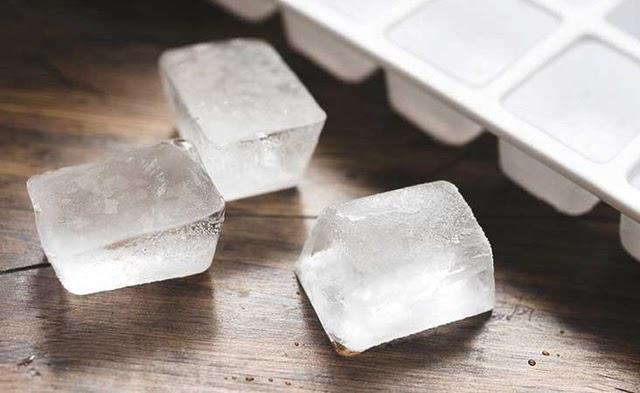 Đá lạnh có tác dụng làm đông cứng keo dính chuột, giúp loại bỏ một cách nhanh chóng
