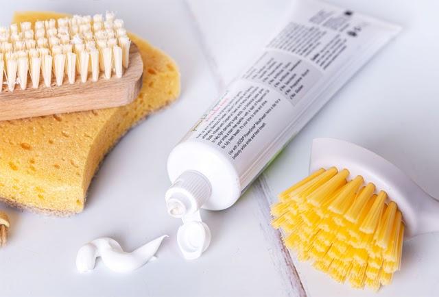 Sử dụng kem đánh răng cũng là một phương pháp làm sạch hiệu quả và tiết kiệm