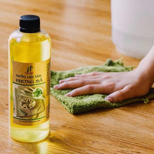 Sử dụng nước lau sàn giúp làm sạch nhanh chóng vết bẩn và để lại mùi hương dễ chịu